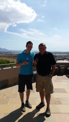 20150205_154701_Winemaker Martin Moore und Daniel auf Terrasse