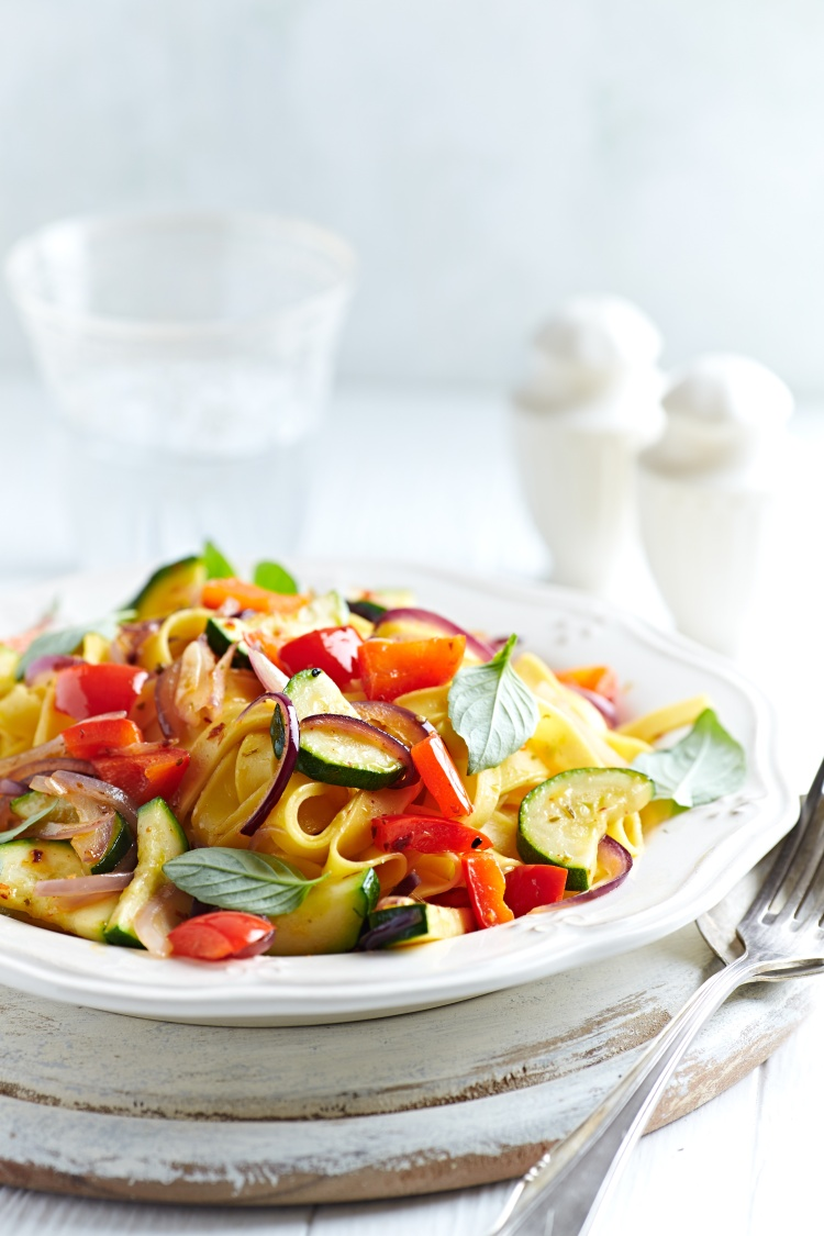 Tagliatelle with zucchini, pepper and red onion