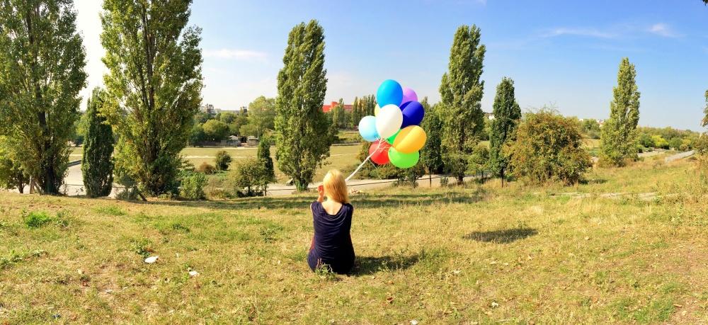 Mdchen mit Luftballons im Park